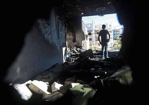 """בית משפחתו של אחד החוטפים בחברון אחרי פעולת צה""""ל הלילה (צילום: EPA) (צילום: EPA)"""