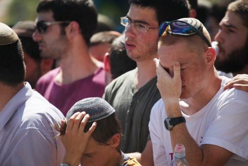 בוכים על גיל-עד בטלמון (צילום: מוטי קמחי) (צילום: מוטי קמחי)