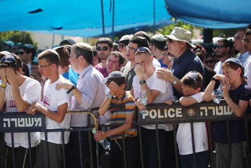ההמונים בטקס האשכבה בטלמון (צילום: מוטי קמחי) (צילום: מוטי קמחי)