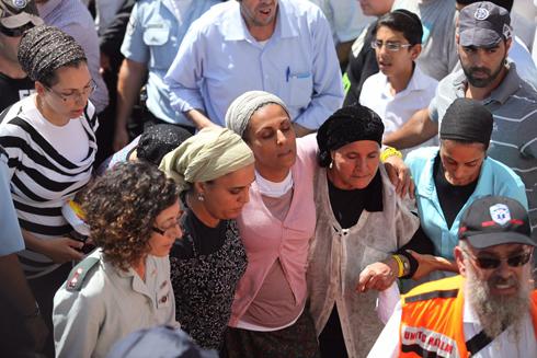 איריס יפרח, אמו של אייל יפרח, בטקס האשכבה (צילום: EPA) (צילום: EPA)