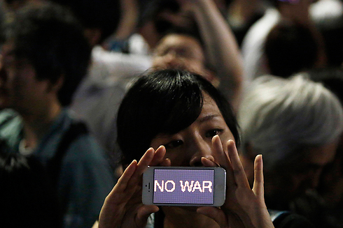 רוב האוכלוסייה מתנגד לביטול המדיניות הפציפיסטית. הפגנה נגד מלחמה בטוקיו (צילום: רויטרס)