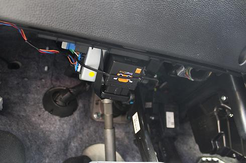 המכשיר מותקן ישירות על שקע מחשב הרכב (צילום: שחר שושן) (צילום: שחר שושן)