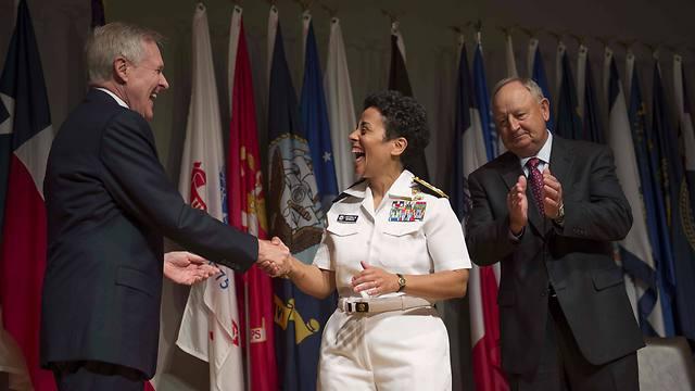הווארד לוחצת את ידו של מזכיר חיל הים ומימינה בעלה ויין (צילום: רויטרס) (צילום: רויטרס)