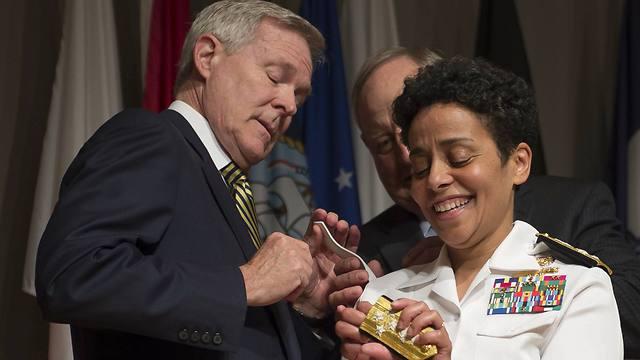 הווארד מחזיקה את הדרגות בידיים ולא מאמינה (צילום: AP) (צילום: AP)