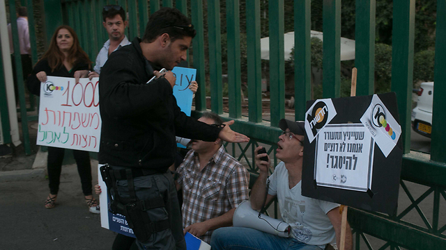 תמונות כאלה כבר לא רואים. עובדי ערוץ 10 מפגינים בנובמבר 2012 (צילום: אוהד צויגנברג)