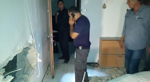 Rocket hits apartment in Sderot (Photo: Roee Idan) (Photo: Roee Idan)