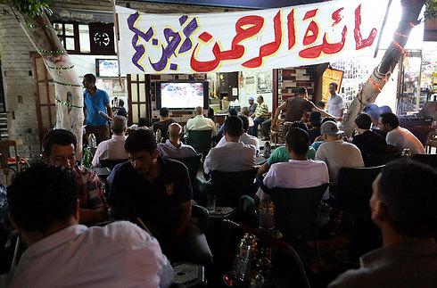 """""""לא לצפות בישראלים - ולעזאזל המונדיאל!"""". רואים כדורגל בקהיר (צילום: EPA) (צילום: EPA)"""