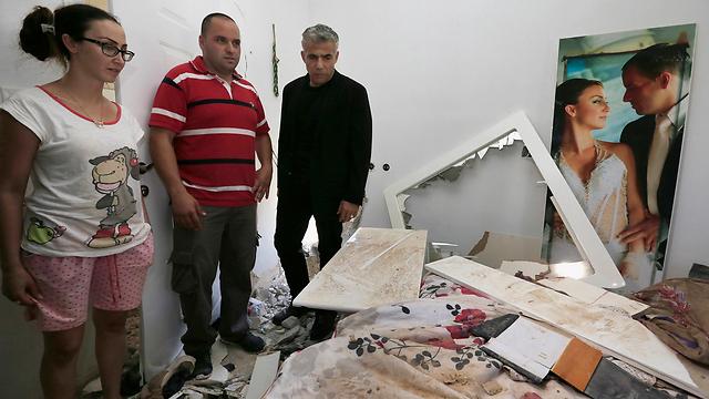 שר האוצר לפיד מבקר בפעוטון בשדרות שנפגע מרקטה (צילום:AP) (צילום:AP)