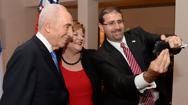 Ambassador Shapiro takes photo with former president Peres. (Photo: Kobi Gideon, GPO)