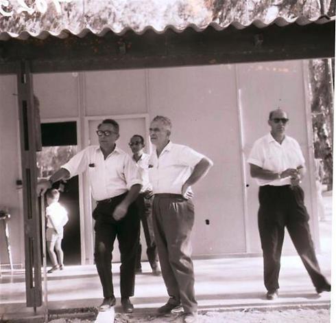 הנשיא דאז זלמן שזר, מבקר בטבחה (עין שבע, ליד כפר נחום) ומתרשם מהמוביל (צילום: דניאל רוזנבלום) (צילום: דניאל רוזנבלום)