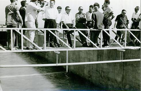 משה דיין ממתין בציפיה דרוכה למים הראשונים בתעלת הירדן (צילום: דניאל רוזנבלום) (צילום: דניאל רוזנבלום)