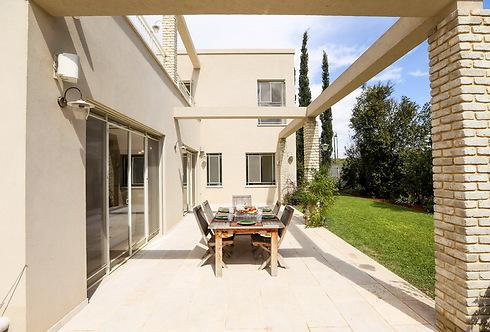 חצר הבית והיציאה לגינה. משמש את כל בני הבית (צילום: לירן שמש) (צילום: לירן שמש)