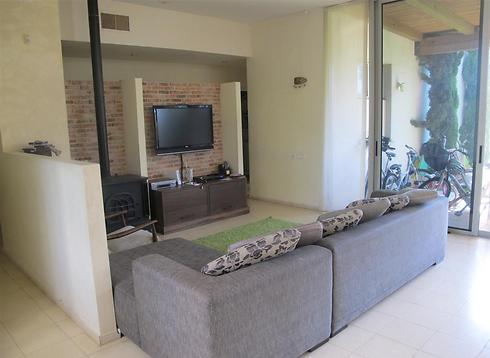 מבט נוסף לסלון וקיר הלבנים, לפני שיפוץ הבית (צילום: שירה מוסקל) (צילום: שירה מוסקל)