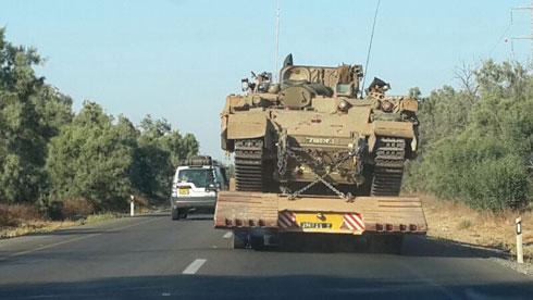 טנק ומוביל באזור עוטף עזה, הערב (צילום: יואב זיתון) (צילום: יואב זיתון)
