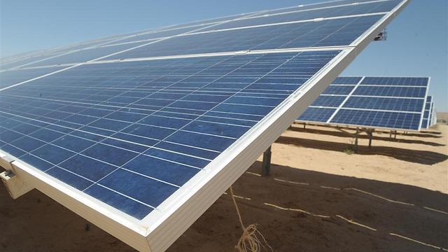 פאנלים של חשמל סולארי בשדה בוקר (צילום: אבשלום שושני)