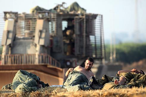 ישנים בשטח, ליד הגבול (צילום: AFP) (צילום: AFP)