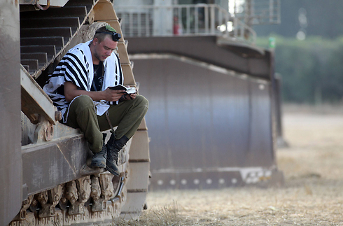 Soldier praying in southern Israel, Photo:AFP (Photo: AFP)