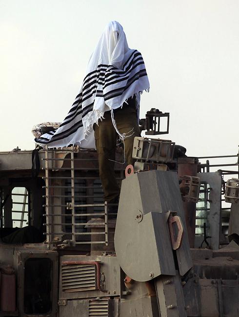 Soldier wearing Tallit, Photo: AFP