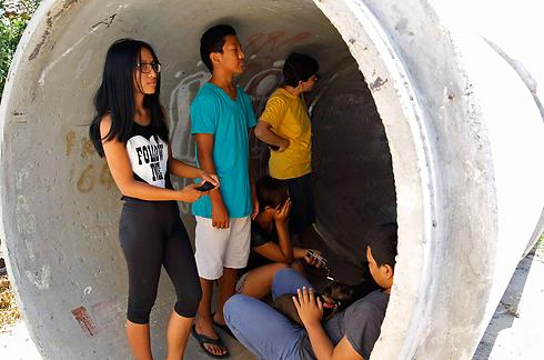 נמשך הירי לישראל, תושבים תופסים מחסה (צילום: רויטרס) (צילום: רויטרס)
