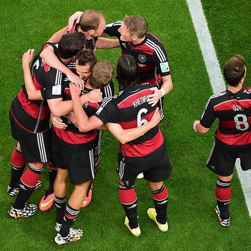 פתאום מוכרים דגלי המדינה. נבחרת גרמניה חוגגת ניצחון נוסף במונדיאל (צילום: AP)