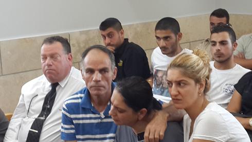 """מפגש ראשון בין הנאשם (למעלה) ובין משפחתה של דדון (צילום: אחיה ראב""""ד) (צילום: אחיה ראב"""