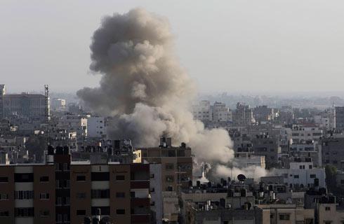 """פיצוץ בתקיפת צה""""ל בעזה. פעם טילים היו """"קליעים"""" (צילום: AP) (צילום: AP)"""