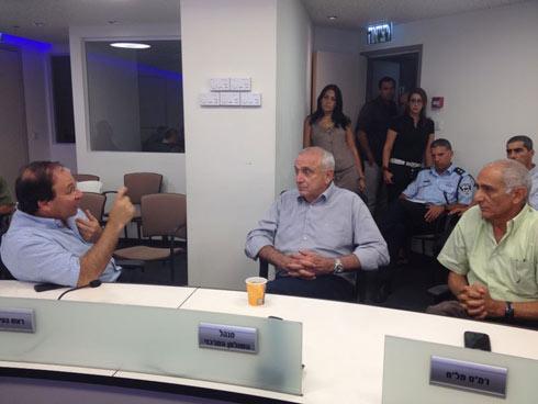 """השר אהרונוביץ' עם ראש העיר ראשל""""צ דב צור (צילום: ניר טרם) (צילום: ניר טרם)"""
