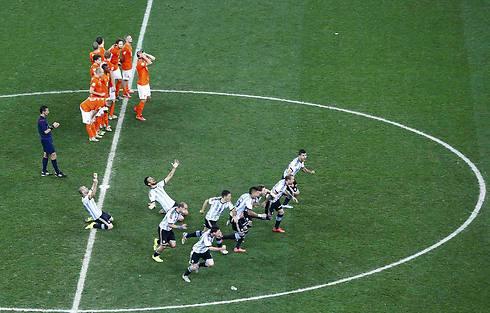 ההכרעות בפנדלים יגיעו בשלבי המיגור, כלומר הנוק-אאוט. ארגנטינה מנצחת את הולנד בחצי הגמר ב-2014 (צילום: רויטרס) (צילום: רויטרס)