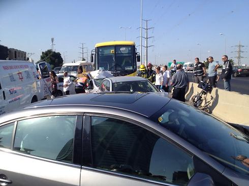 """התאונה בכביש גהה. הנהג בלם בגלל האזעקה ואוטובוס פגע בו (צילום: דוברות מד""""א) (צילום: דוברות מד"""