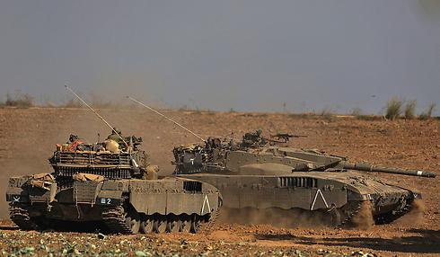 """טנקים של צה""""ל בגבול הרצועה השבוע                         (צילום: EPA) (צילום: EPA)"""