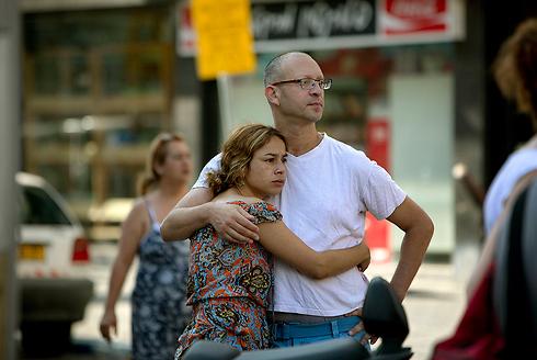 אנשים מביטים על מקום נפילה של נפל בתל אביב (צילום: AP) (צילום: AP)