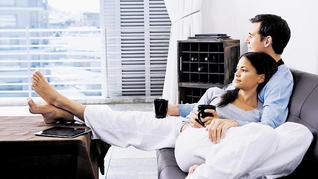 למה להסתכן באזעקה כשאפשר לאהוב על הספה (המחשה: ShutterStock) (המחשה: ShutterStock)