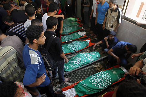 הלוויות הרוגים פלסטינים בחאן יונס (צילום: AFP) (צילום: AFP)