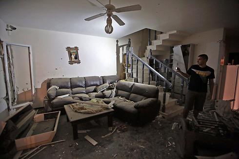 סלון הרוס של בית בבאר-שבע שנפגע מרקטה (צילום: EPA) (צילום: EPA)