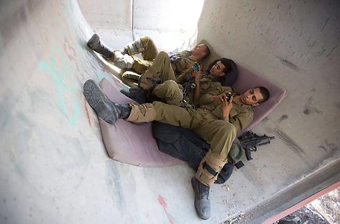 """הצטרפות של מתנדבים לחיילי צה""""ל, על מנת להנעים להם את השבת (צילום: AFP) (צילום: AFP)"""