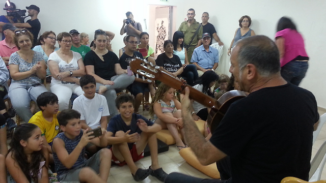 דיוויד ברוזה מנגן ושר לתושבי נתיב העשרה (צילום: בראל אפרים) (צילום: בראל אפרים)