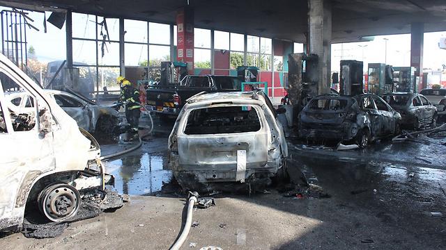 """פגיעת רקטה בתחנת דלק באשדוד (צילום: דוברות מד""""א) (צילום: דוברות מד"""