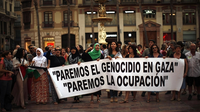 """""""די לרצח העם בעזה, די לכיבוש"""". מפגינים במאלגה, ספרד (צילום: רויטרס) (צילום: רויטרס)"""