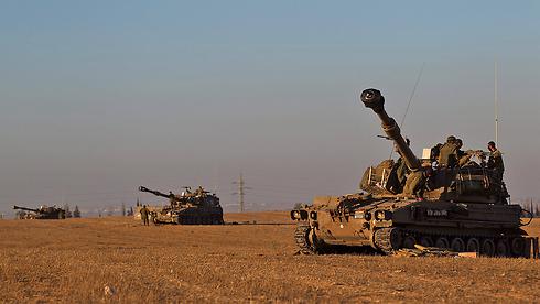 כוחות ישראליים מחכים להכרעה בנוגע לכניסה קרקעית (צילום: EPA) (צילום: EPA)