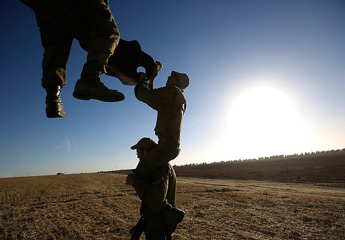 """חיילי צה""""ל מנקים צריח של טנק בגבול עזה (צילום: AP) (צילום: AP)"""