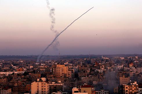 שיגור רקטה מעזה, ביום הרביעי למבצע (צילום: EPA) (צילום: EPA)