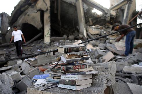 ספרים במסגד שהופצץ ברצועה (צילום: AFP) (צילום: AFP)