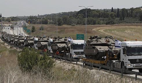 טנקים מובלים על משאיות לגבול הרצועה (צילום: AFP) (צילום: AFP)