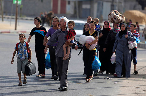 Palestinians evacuating northern Gaza Strip after IDF warning (Photo: AP)