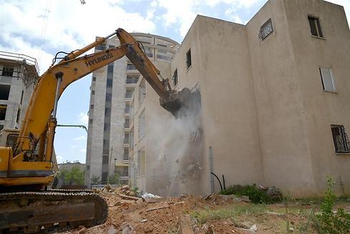 """הריסת המבנים הישנים במסגרת פרויקט אונו הירוקה בקריית אונו. """"התחדשות עירונית משנה את פני העיר והמדינה"""" (צילום: תמר מצפי) (צילום: תמר מצפי)"""