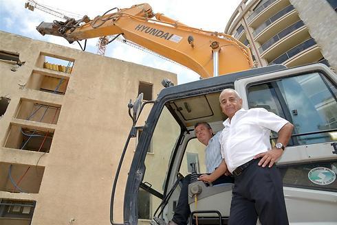 היזם סמי מצלאוי (מימין) וראש עיריית קריית אונו, ישראל גל, בעת הריסת המבנה, היום (צילום: תמר מצפי) (צילום: תמר מצפי)