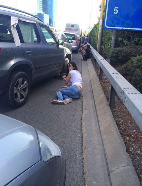 על הכביש בנתיבי איילון בזמן האזעקה (צילום: נוגה נוי) (צילום: נוגה נוי)