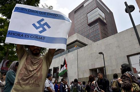 """סמלים נאציים גם במכסיקו. """"דוד הפך לגוליית"""" (צילום: AFP) (צילום: AFP)"""