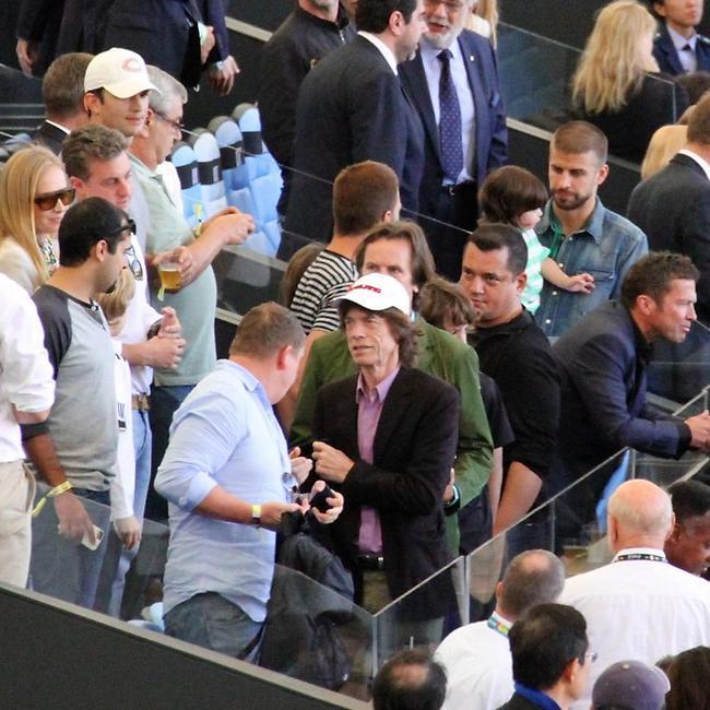 יציע הכבוד: אנחנו ראינו את מיק ג'אגר, אשטון קוצ'ר וג'רארד פיקה בתמונה אחת (splashnews)