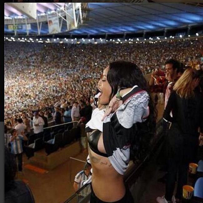 ואי אפשר בלי תמונה אחת לפחות עם חזיה. ריהאנה לא ביישנית